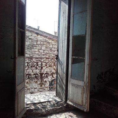 007 maison village balcon avant travaux